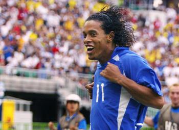 Ingenieuze vrije trap Ronaldinho bezegelt WK-lot van Engeland