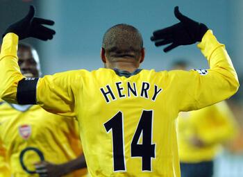 One day, one goal: de verfijnde krulbal van stilist Thierry Henry