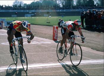 On This Day: Eddy Planckaert wint Parijs-Roubaix met kleinste verschil ooit