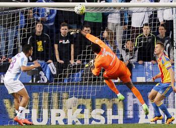 One day, one goal: Malaga-keeper Carlos Kameni bokst knullig de bal in eigen doel