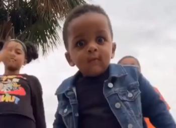 Deze hiphoppeuter steelt de show: bekijk de grappigste virale filmpjes van het moment!