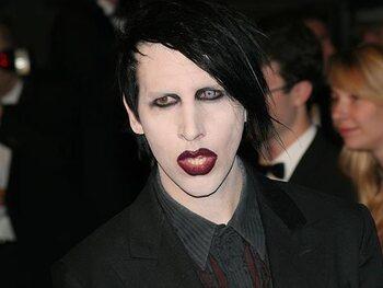 Marilyn Manson liet ribben weghalen om zichzelf oraal te kunnen bevredigen