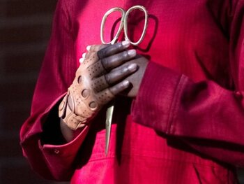 «Us» et son gant symbolique