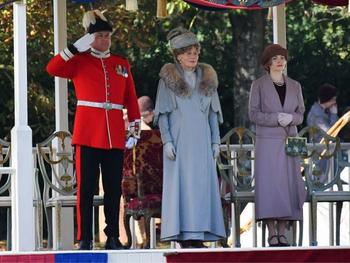 La garde-robe de «deuxième main» de la reine Mary