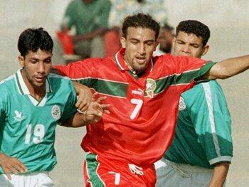 One day, one goal: le Marocain Mustapha Hadji mystifie le gardien égyptien lors de la CAN 1998