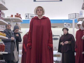 De rode mantel van de dienstmeisjes