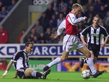 One day, one goal: l'enchaînement parfait de Bergkamp contre Newcastle