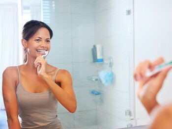 Tanden poetsen met een beker