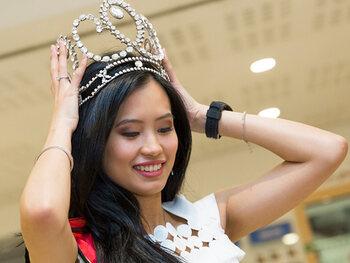 Angeline Flor Pua gehuld in klaprozen, veertjes en kristallen op Miss World-gala