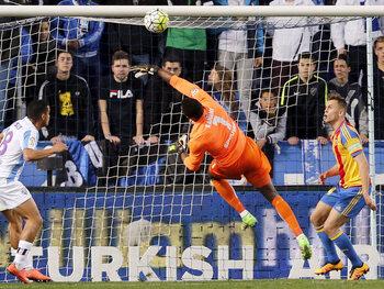 One day, one goal: le gardien de Malaga, Carlos Kameni, envoie maladroitement le ballon dans son propre but