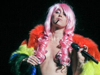 Miley Cyrus vs. Sinéad O' Connor