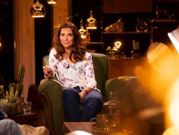 Moora Vander Veken en Nic Balthazar op de sofa van 'Saartje'