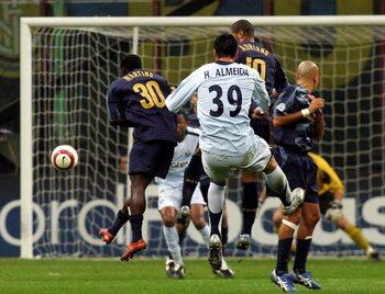 One day, one goal: Hugo Almeida haalt de sloophamer boven tegen Inter Milaan