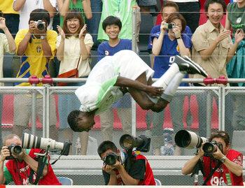 Les célébrations mythiques : Julius Aghahowa l'acrobate du mondial 2002