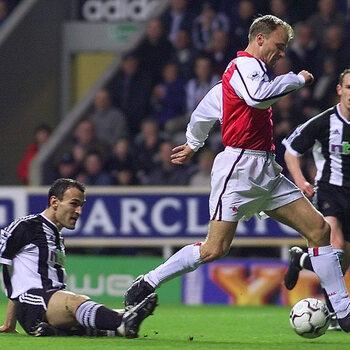 Bergkamp telt Dabizas uit richting het openingsdoelpunt voor Arsenal