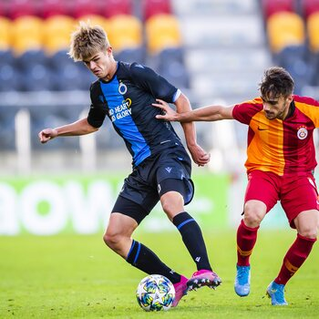Charles De Ketelaere in actie tegen Galatasaray in de UEFA Youth League