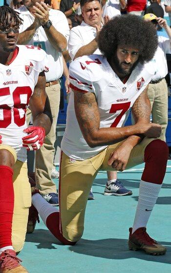 Colin Kaepernick plie le genou pendant l'hymne national