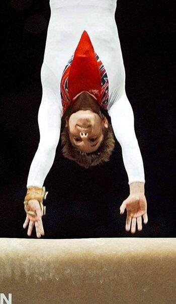 Kerri Strug remporte la médaille d'or malgré une cheville en miettes