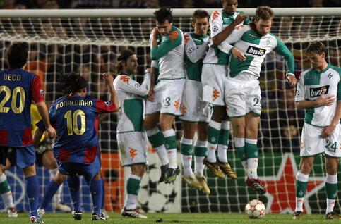 One day, one goal: Ronaldinho surprend son monde avec un subtil coup franc