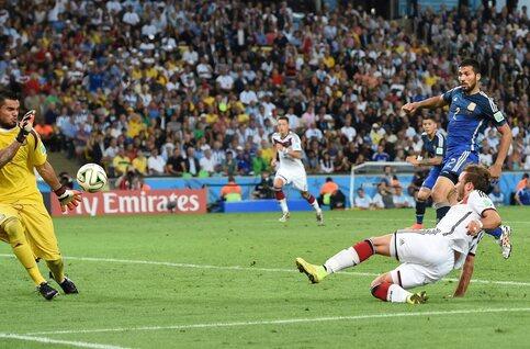 One day, one goal: Götze vloert Argentinië in de finale